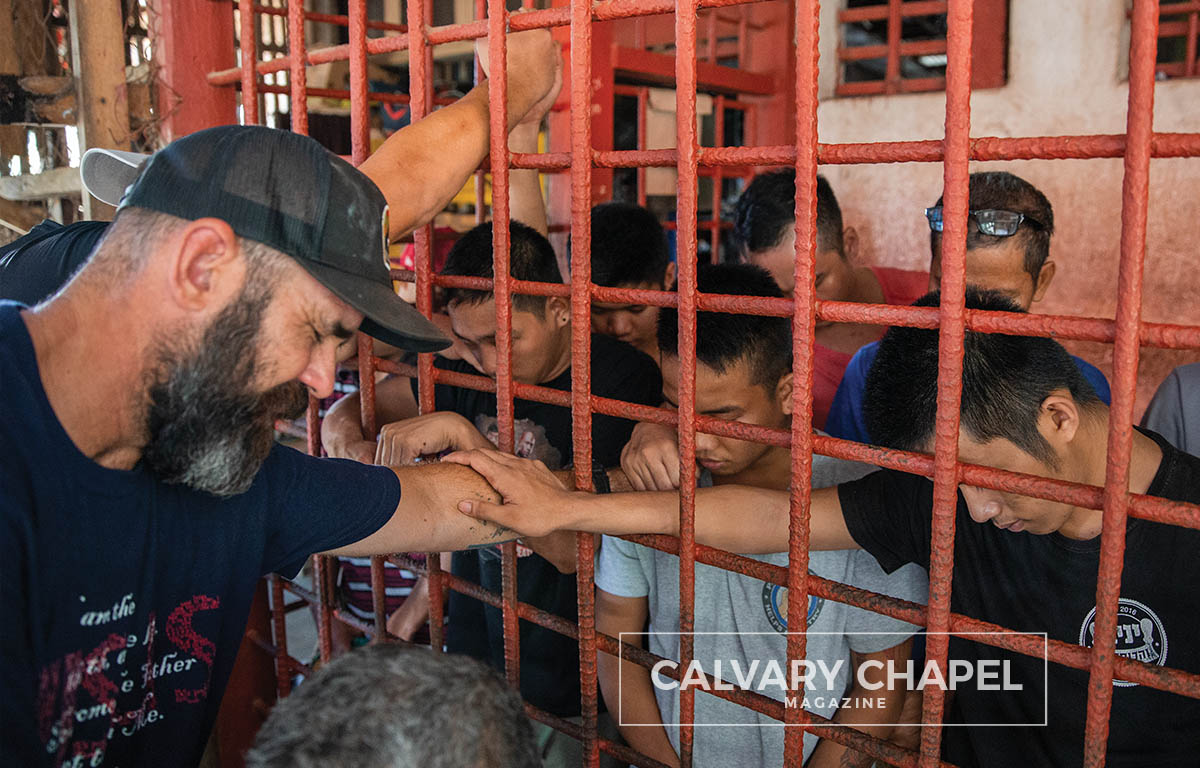 Missionary prays for prisoners